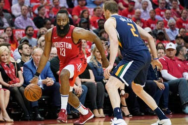 James Harden ante la defensa de Joe Ingles, el australiano de Utah Jazz
