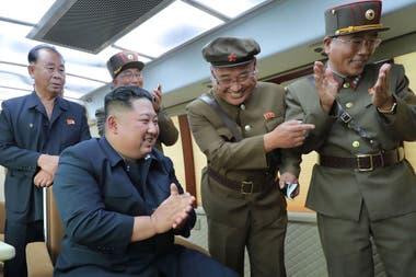 La foto oficial de la agencia KCNA muestra a Kim Jong-un celebrando el lanzamiento de misiles