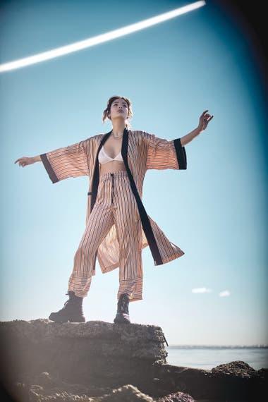 Pantalón y kimono de acabado tipo raso (Gabatt), cadena dorada (Vitamina), botas de tela impermeable (Grimoldi)