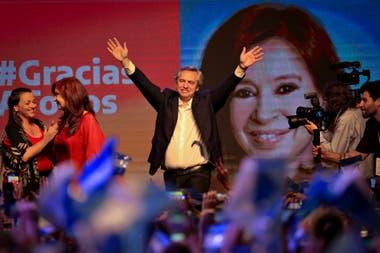 Alberto Fernández saluda a los militantes