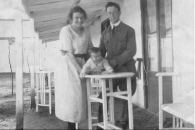 El matrimonio Klein junto a uno de sus diez hijos en el rancho en Plá, partido de Alberti