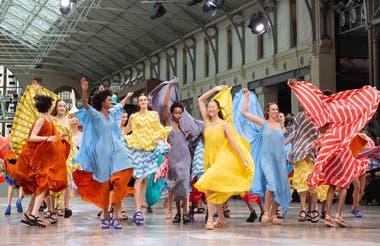 Campaña Satoshi Kondo para Issey Miyake, alegría multicolor.