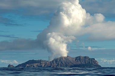 La foto tomada el 23 de julio de 2019 muestra el volcán en la Isla Blanca de Nueva Zelanda arrojando vapor y cenizas