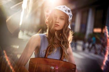 Vestido mil rayas con la falda plisada (Tommy Hilfiger), sombrero estampado (Rapsodia Girls) y cartera de cuero Epi (Lázaro)