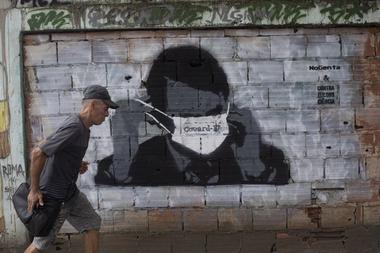 Un mural con la imagen de Jair Bolsonaro con barbijo. El presidente ultraderechista ha sido un gran negacionista de la gravedad de la pandemia