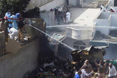 Los bomberos controlan el incendio que se produjo al estrellarse el avión