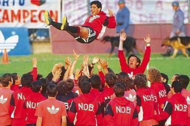Diego Maradona es lanzado al aire, ante la euforia y los brazos en alto de Solari, en su primer entrenamiento en Newell's, en 1993.