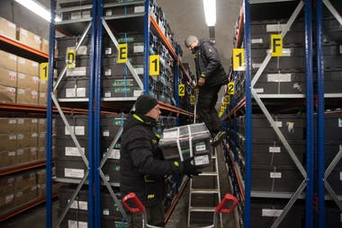 Åsmund Asdal, coordinador de operaciones de Svalbard Global Seed Vault, manipula una caja de semillas.