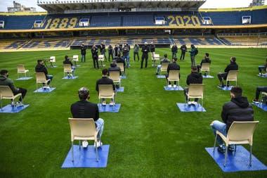 El club quería hacer la presentación en un salón del estadio, el gobierno provincial no lo autorizó y entonces el encuentro entre el nuevo entrenador y los futbolistas, bien separados, fue en el césped del Gigante de Arroyito.
