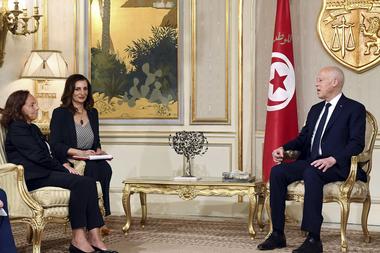 El presidente tunecino, Kais Saied, se reúne con la ministra del Interior italiana, Luciana Lamorgese en el Palacio de Cartago, a unos 15 kilómetros en las afueras de Túnez, el 27 de julio de 2020