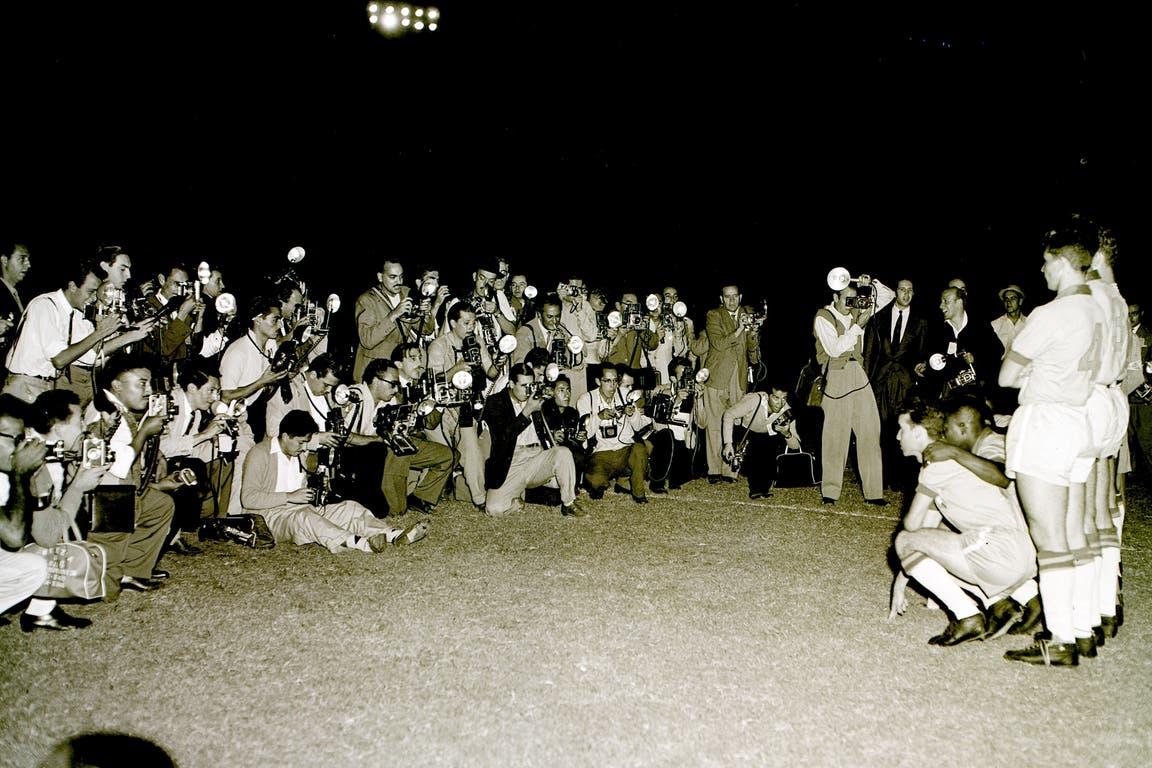 Pelé (15 de marzo de 1959): la imagen expone el interés que generó la visita de Brasil al país en el Sudamericano (hoy Copa América) en la cancha de River; en ese equipo, además de O Rei, que apenas tenía 18 años y llegaba por primera vez a la Argentina, jugaban Djalma Santos, Garrincha, Didí y Zito