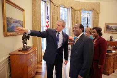 El héroe que inspiró la película Hotel Rwanda, Paul Rusesabagina, junto al expresidente norteamericano George W. Bush