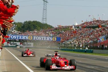 Rubens Barrichello supera a Michael Schumacher en el Gran Premio de Hungría de 2002; el brasileño protagonizó 323 grandes premios de Fórmula 1 (récord compartido con Kimi Räikkönen) y celebró 11 victorias.