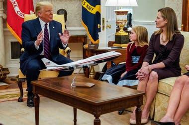 El presidente Donald Trump con la jueza Amy Coney Barrett, su nominada a la Corte Suprema, en la Oficina Oval de la Casa Blanca en Washington, antes de su anuncio público, el sábado 26 de septiembre de 2020
