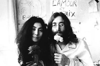 """John Lennon y Yoko Ono en uno de sus famosos """"bed in"""""""