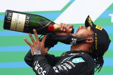 Lewis Hamilton de Mercedes celebra en el podio después de ganar.