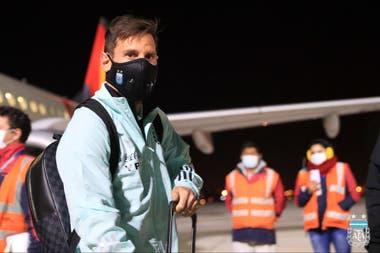 Messi, anoche, en el aeropuerto de El Alto, a más de 4000 metros sobre el nivel del mar; La Paz se ubica un poco más abajo, y allí jugará mañana el rosarino por tercera vez en su carrera