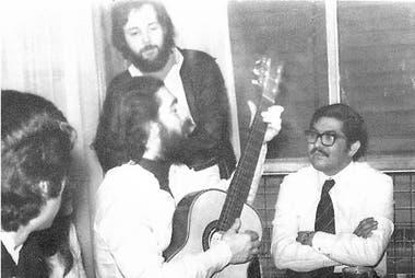 Mario Abel Amaya, en Chubut, fue uno de los fundadores del alfonsinismo. En la foto con Federico Storani (con la guitarra)