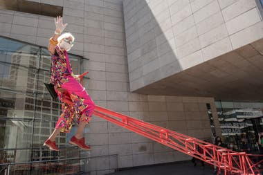 """Marta Minujín, visitante estelar en la primera hora de la reapertura del Malba, sobre el subibaja """"Leverage"""" instalado en la explanada"""