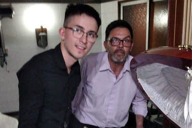 Además de Molina, otras dos personas se sacaron una foto inapropiada junto al féretro abierto de Diego Maradona