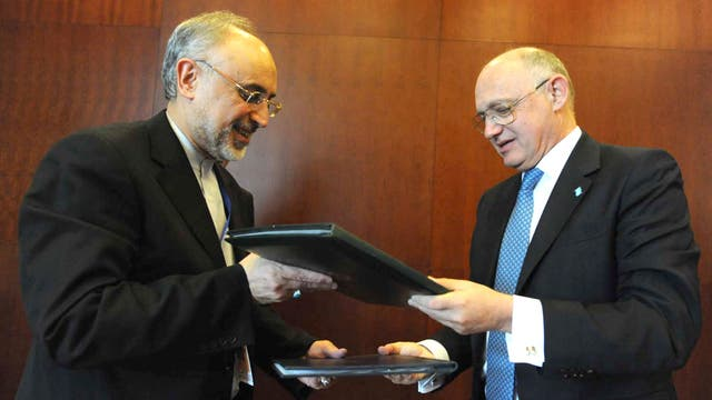Los cancilleres de Argentina Hector Timerman(d) e Irán Ali Akbar Salehi (i) luego de firmar el memorándum de entendimiento en el 2013