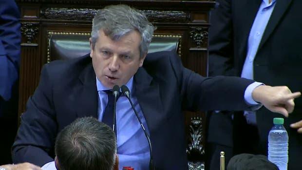 Emilio Monzó apenas después de anunciar que había quórum, discute con diputados que se acercan al estrado para pedirle que levante la sesión