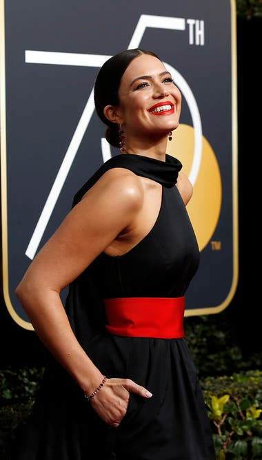 Mandy Moore, de This is Us, combinó canchero vestido negro con una faja colorada