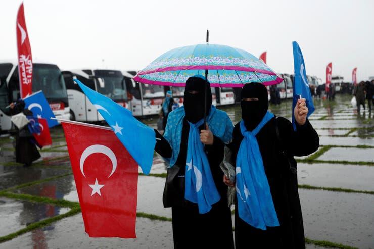 Activistas agitan banderas turcas y orientales mientras esperan participar en el Convoy de Conciencia Internacional