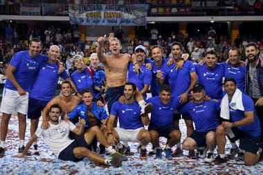 Todo el equipo argentino, en pleno festejo por el triunfo en el quinto punto