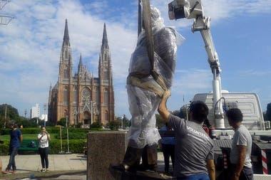 La estatua ya está en su lugar y será inaugurada hoy con la presencia de la Gobernadora Vidal y el presidente, Mauricio Macr