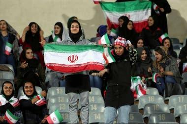 Jóvenes iraníes con la bandera de su país