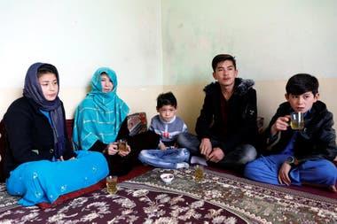 Murtaza Ahmadi, con su familia, en Kabul.