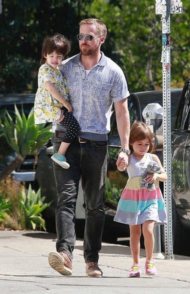 Gosling, de paseo junto a sus dos hijas