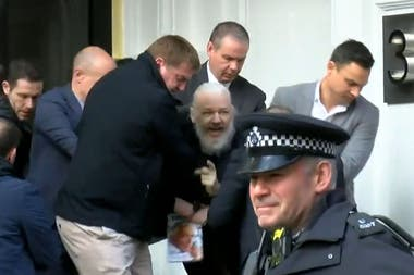 Así sacaron a Julian Assange de la embajada de Ecuador