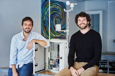 Eugenio Cortés Funes y Marcos Jaescheke, de Inipop, desarrolladores de una estación meteorológica