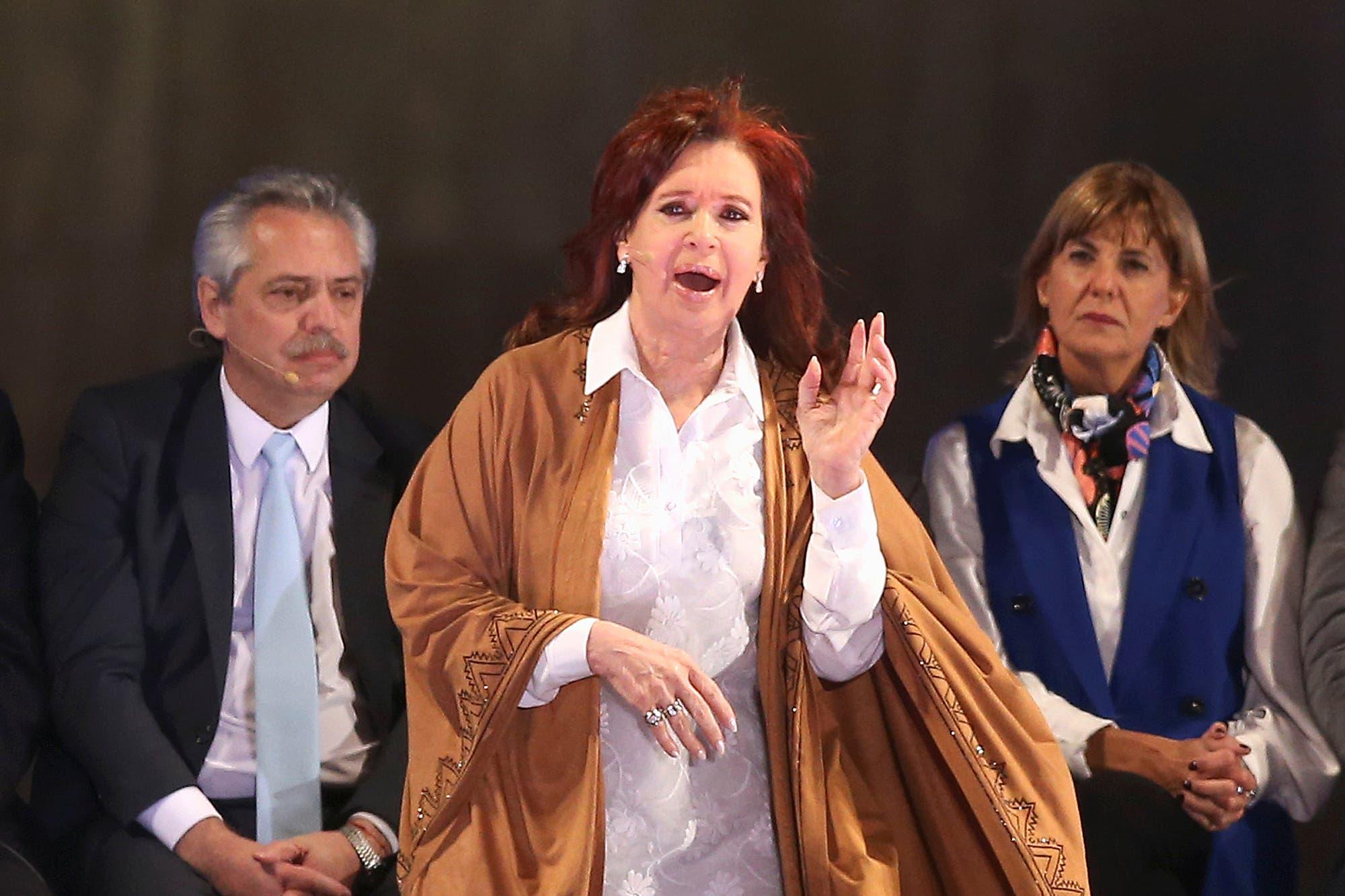 """Cristina Kirchner, preocupada por el micrófono: """"Me van a grabar diciendo malas palabras"""""""