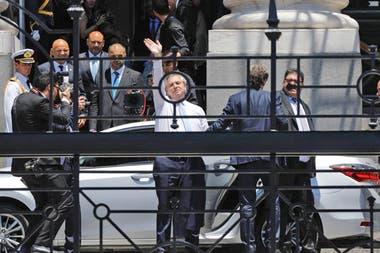Alberto Fernández saluda al llegar al Congreso