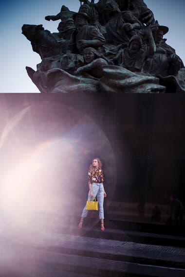Camisa de crêpe estampado, pantalón de chambray con lazo en la cintura y sandalias de gamuza (Vitamina), y cartera de charol (Prüne)
