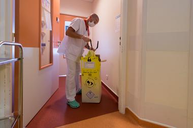 En Francia un trabajador sanitario desecha residuos infectados por el coronavirus