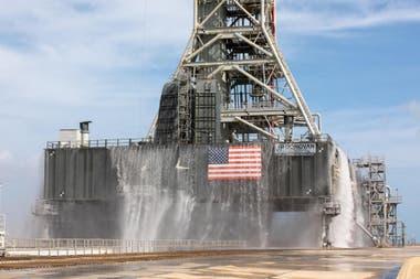 El sistema de supresión de sonido se activa pocos segundos antes del lanzamiento con un mecanismo que inunda la parte inferior de la plataforma para contener la energía liberada por el cohete