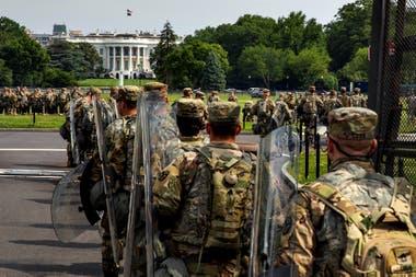 Personal militar se organiza en el perímetro de la Casa Blanca