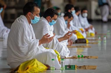 Una imagen del Ministerio de Medios saudí muestra a peregrinos musulmanes, con máscaras protectoras contra la propagación del coronavirus, rezando el 29 de julio de 2020 en la Gran Mezquita de La Meca en Arabia Saudita