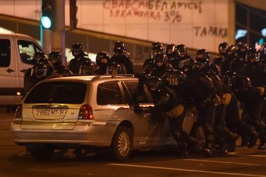 La policía antidisturbios mueve un automóvil durante un mitin de partidarios de la oposición, que acusan a Alexander Lukashenko de falsificar los resultados en las elecciones presidenciales, en Minsk el 10 de agosto de 2020