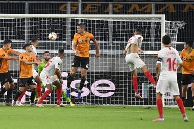 Ocampos cruza el cabezazo que será el gol del 1-0 de Sevilla sobre Wolverhampton; la asistencia fue de Banega