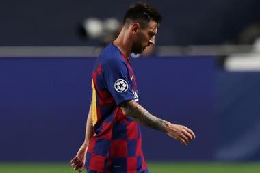 La cabeza gacha, una típica conducta de Leo Messi cuando el resultado lo golpea.