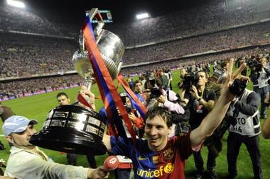 Messi celebra al ganar la Copa del Rey en el estadio Mestalla, en Valencia, el 13 de mayo de 2009