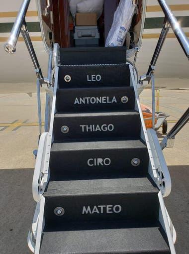 Los escalones del avión privado de Messi. Crédito: Twitter