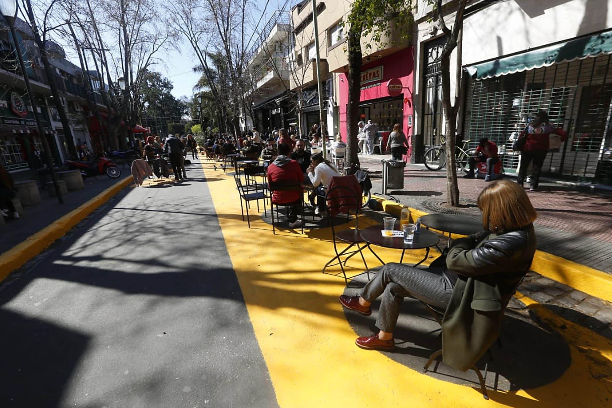 Mesitas al sol en la ciudad: cómo fue el debut de la peatonalización de calles en Villa Devoto y San Telmo