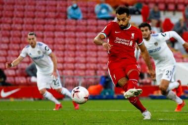 Mohamed Salah convierte uno de los dos penales en el 4-3 de Liverpool