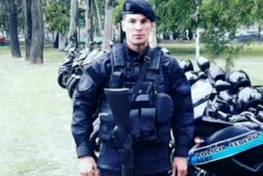 Policía asesinado en Ramos Mejía. Hallan quemado en Nueva Pompeya el auto  que habrían usado los homicidas - LA NACION